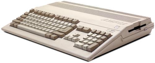 Integriert: Alle Amiga Modelle, wie der Amiga 500, brachten schon ein intern verbautes Disketten-Laufwerk mit. Viele Anwendungen lagen allerdings auf etlichen 880 Kilobyte Double-Density Disketten vor. Zusätzliche Laufwerke reduzieren den Aufwand beim Diskettenwechsel.