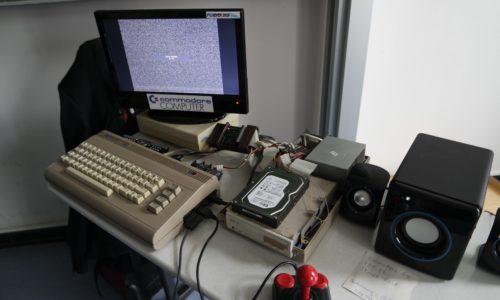C64 mit selbstgebauten Erweiterungen - 160 GB Festplatte und CD-Brenner im Gehäuse eines 1541 Floppy-Laufwerkes von Commodore
