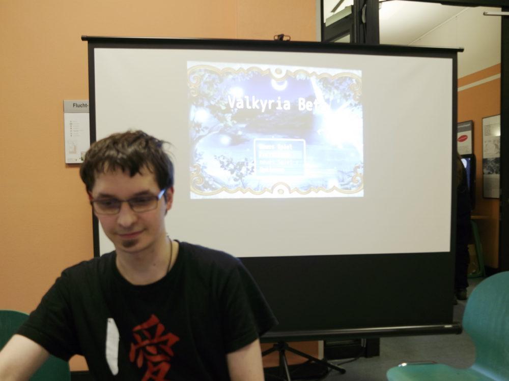 Verpixelt Chef Eric mit seinem Spiel Valkyria