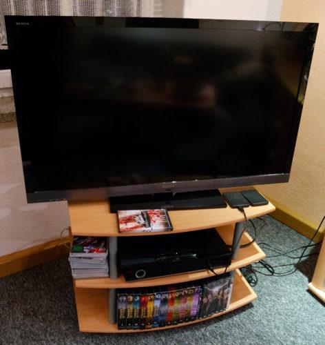 Unsere Betagte TV Ausstattung - Ein 46 Zöller LCD Gernseher von Sony, Playstation 3 für BluRay und DVD Wiedergaabe und der Digicorder ISIO S von Technisat